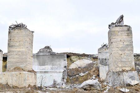Überreste des zerstörten Industriegebäudes. Das Skelett eines großen Gebäudes aus Betonbalken. Standard-Bild