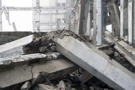 Le grand bâtiment en béton détruit dans une brume brumeuse. Le cadre de la structure du bâtiment avec d'énormes pieux se trouvant au premier plan. Arrière-plan.