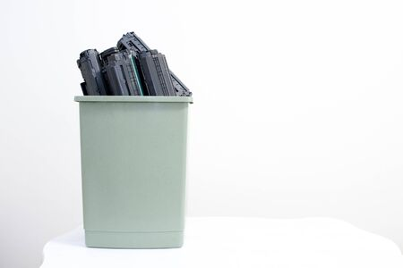 Spent cartridges are stacked in a container on a white background. Standard-Bild