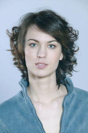 studioschoten portret van een mooie jonge glimlachende vrouw op blauwe achtergrond Stockfoto