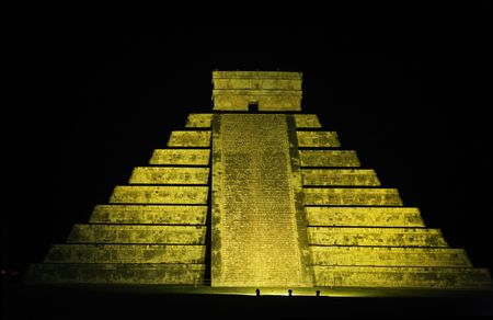 El Castillo the castel of Chichen Itza in the yucatan was a Maya city and one of the greatest religious center and remains today one of the most visited archeological sites 스톡 콘텐츠 - 121743242