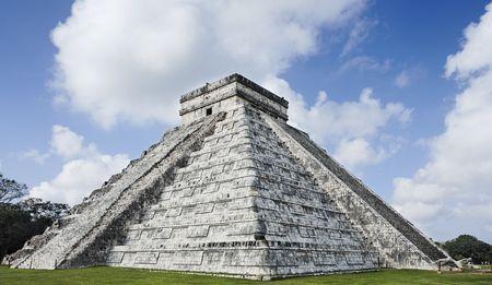 El Castillo, zamek Chichen Itza na Jukatanie, był miastem Majów i jednym z największych ośrodków religijnych i do dziś pozostaje jednym z najczęściej odwiedzanych stanowisk archeologicznych