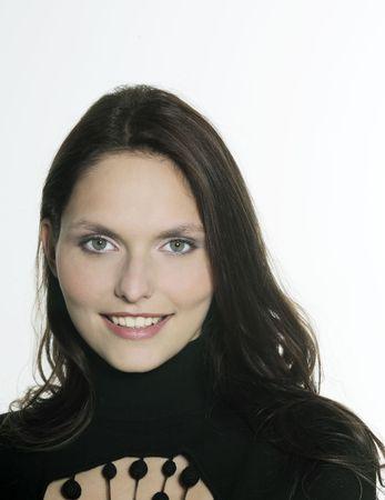 Foto de estudio retrato de una hermosa mujer sonriente de 25 años