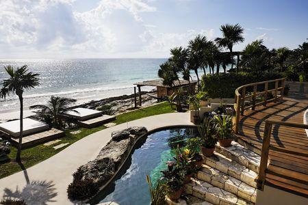 terrasse d'une cabane avec vue sur la belle plage de sable blanc de tulum au yucatan mexique