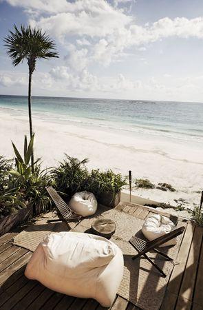Terrasse einer Cabana mit Blick auf den wunderschönen weißen Sandstrand von Tulum in Yucatan Mexiko