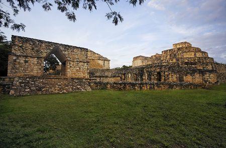 Blick auf Ek Balam in Yucatan ist eine kürzlich entdeckte Maya-Stadt, die in den archäologischen Stätten des Dschungels verloren gegangen ist Standard-Bild