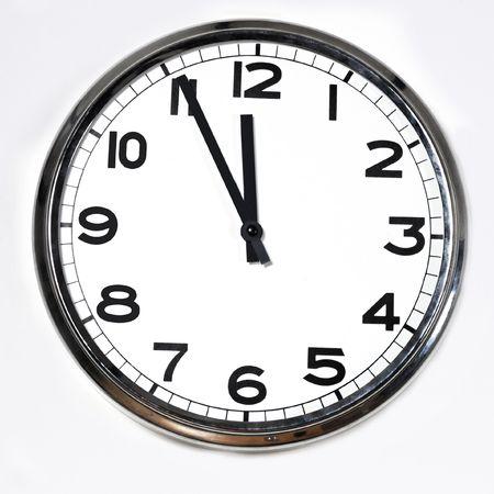 Reloj en blanco y negro de cinco a doce aislado sobre un fondo blanco.