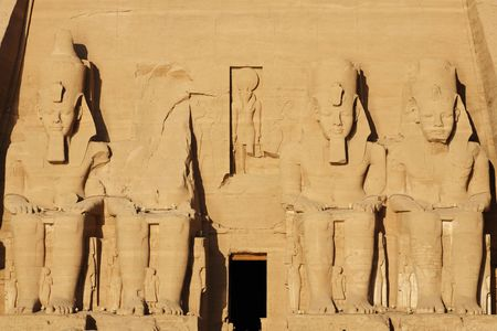 view of the ramessses the great 's abou simbel temple along the aswaan lake in egypt Foto de archivo - 121743403