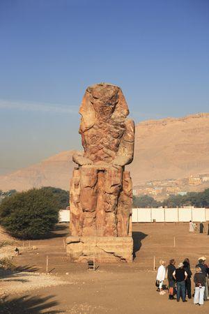 Blick auf die Memnonkolosse, die Amenophis III. in Luxor Oberägypten darstellen