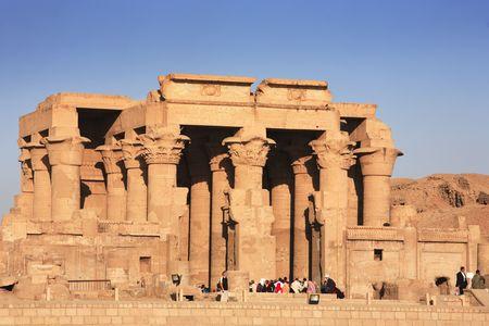 widok na świątynię Kom Ombo wzdłuż Nilu w górnym Egipcie