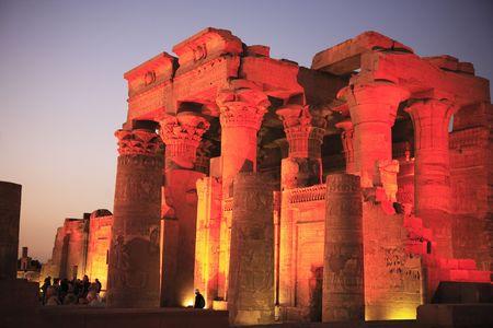 Vue sur le temple de Kom Ombo par nuit le long du Nil en Haute Egypte Banque d'images