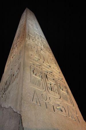 obelisco del tempio di Luxor di notte nell'alto egitto