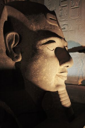 Ramessses II statue du temple de Louxor de nuit en Haute Egypte