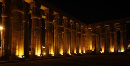 Blick auf den Luxor-Tempel bei Nacht in Oberägypten Standard-Bild