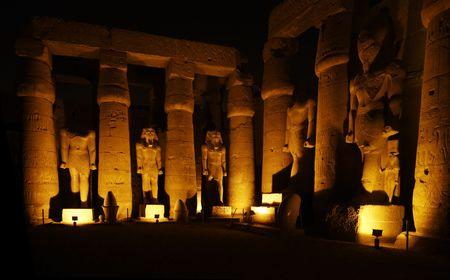 Vista del templo de Luxor por la noche en el Alto Egipto
