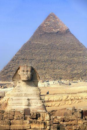 Vista de la esfinge con las pirámides de Gizah, cerca de El Cairo en Egipto