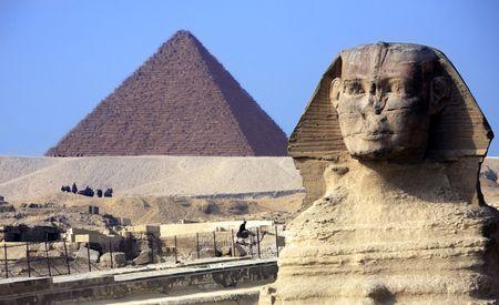 Vista della sfinge con le piramidi di Gizah vicino al Cairo in Egitto Archivio Fotografico