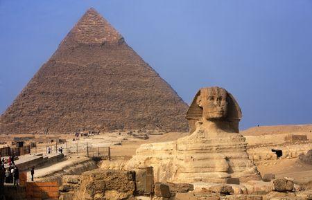 Vista della sfinge con le piramidi di Gizah vicino al Cairo in Egitto