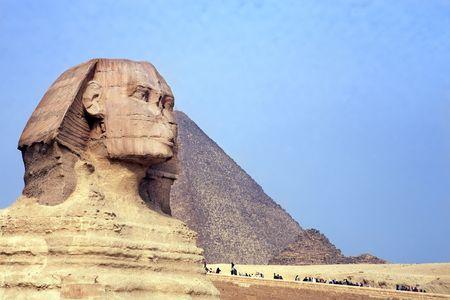 Blick auf die Sphynx mit den Pyramiden von Gizeh bei Kairo in Ägypten