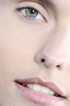 Studio shot close up detail du visage d'une belle jeune femme avec des lèvres parfaites bouche et dents souriant