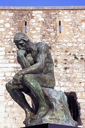 kopia myśliciela rodina typowego południowo-wschodniej francji stara kamienna wioska świętego pawła de vence na francuskiej riwierze schronienie wielu artystów, malarzy, rzeźbiarzy