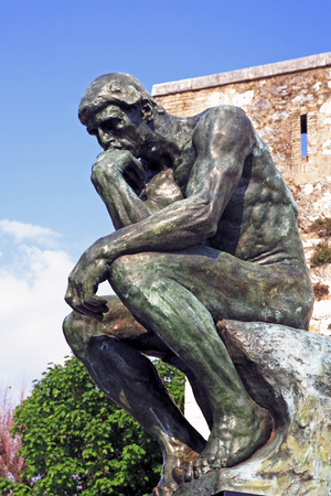 copy of the thinker of rodin of the typical south east of france old stone village of saint paul de vence on the french riviera refuge of many artist,painters,sculptors Stockfoto - 121743552