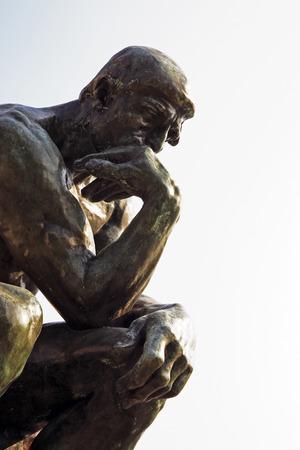 Kopie des Denkers von Rodin des typischen Südostens von Frankreich altes Steindorf von Saint Paul de Vence an der französischen Riviera Zuflucht vieler Künstler, Maler, Bildhauer