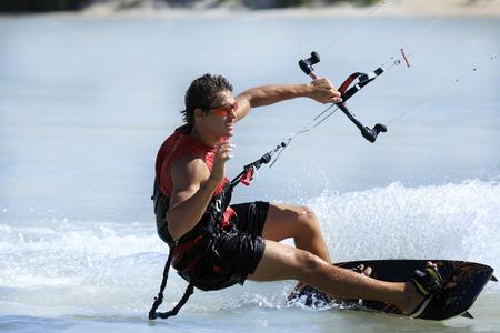 giovane e talentuoso kitesurfer in brasile tatajuba, Jericoacoara, ceara Archivio Fotografico