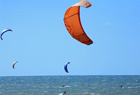 Kite surf sur la plage de cumbuco près de fortaleza au brésil