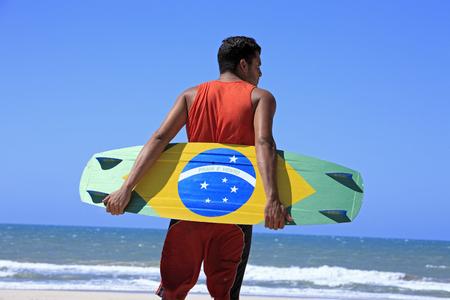Kite surfista con la bandera brasileña pintada en el tablero con Foto de archivo
