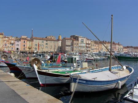 Vista del puerto de la típica aldea del sureste de Francia de Saint Tropez en la riviera francesa Foto de archivo