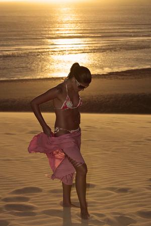 Hermoso bikini vestida con una joven brasileña Sarón en Jericoacoara al atardecer en el estado de Ceará cerca de Fortaleza