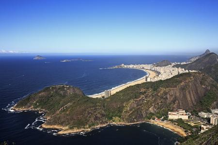 Vista aérea panorámica desde el Pan de Azúcar de la playa de Copacabana en De janeiro en Brasil