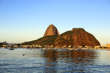 the sugar loaf at sunset in rio de janeiro brazil 版權商用圖片