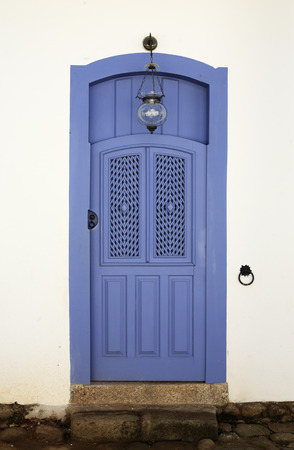 La puerta de la casa de la hermosa ciudad típica colonial portuguesa de Parati en el estado de Janeiro Brasil