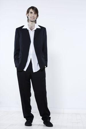 Studio shot portrait d'un jeune homme mince et grand expressif drôle sur fond isolé