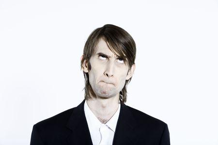 Studio shot portrait d'un jeune homme mince et grand expressif drôle sur fond isolé s'ennuyer