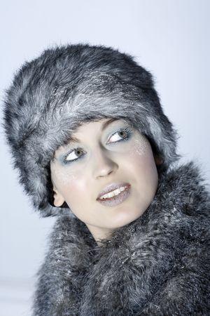 Studio shot portrait d'une belle femme de type russe dans un manteau de fourrure et un chapeau