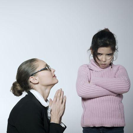 girato in studio di una giovane donna che hanno problema educare il suo bambino  Archivio Fotografico - 2966751