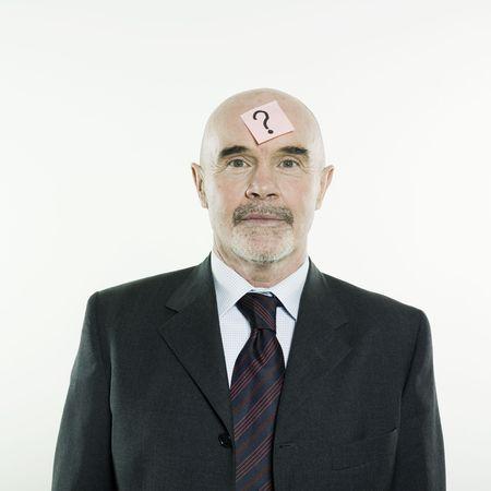 interrogative: estudio retrato aislado en fondo blanco de un hombre de alto nivel con un post-it con un signo de interrogaci�n en su HEA