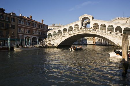 rialto bridge area in the beautiful city of venice in italy 版權商用圖片