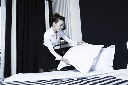 housekeeping: caucasian hermosa mujer en una habitaci�n del hotel