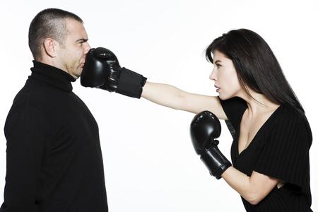 mujeres peleando: estudio de retrato a tiros aislados sobre fondo blanco de una bella joven Divertidos expresiva la lucha contra la