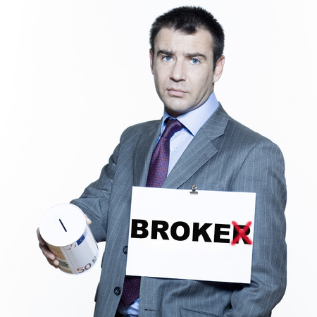 stock traders: espressivi ritratti isolati su sfondo bianco di un bel uomo d'affari sul mercato azionario di crisi