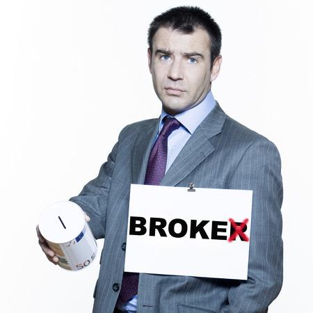 stock brokers: expresivos retratos aislados sobre fondo blanco de un apuesto hombre de negocios sobre la crisis del mercado de valores