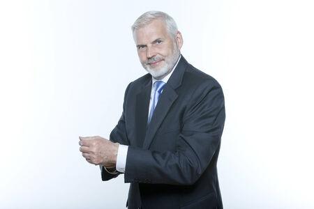 hombre con barba: expresivo retrato de un apuesto hombre de negocios de altos antecedentes aislados