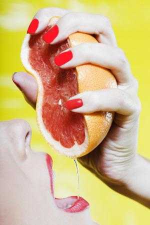 bella donna ritratto colorato con il make-up e sfondo grapfruit bere succo di frutta Archivio Fotografico - 3975594