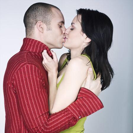 jóvenes amantes de besar par de antecedentes aislados Foto de archivo - 3999748