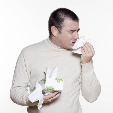 sneezing: Ritratto di un bel uomo espressivo in studio su sfondo bianco isolato LANG_EVOIMAGES