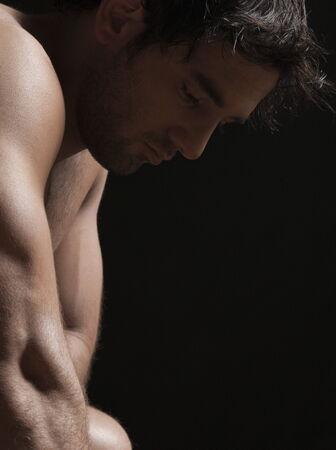 hombre desnudo: Close-up de un hombre joven desnudo mirando triste